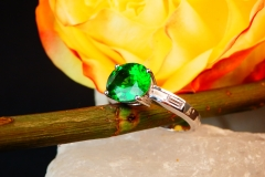 Bague Grenat tsavorite et diamants, or balnc 18K