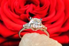 Bague diamant brillant et diamants trapèzes, en or blanc 18K