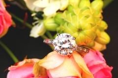 Bague diamant brillant et diamants baguettes, or blanc 18K
