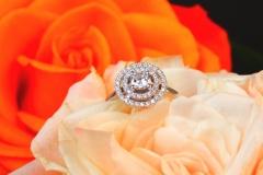 Bague diamant brillant entouré de deux lignes de diamants, or blanc 18K
