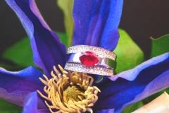 Bague rubis et pavé de diamants, or blanc 18K