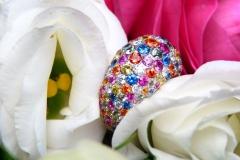 Bague pavée de saphirs toutes couleurs pour 8.30ct et diamants, or blanc 18K
