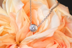 Pendentif diamant serti clos, or blanc 18K
